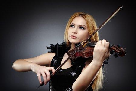 Photo pour Gros plan d'une belle femme jouant le viline - image libre de droit