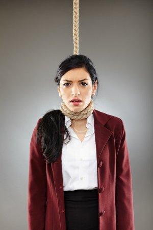 Photo pour Peur de femme d'affaires avec noeud coulant autour du cou, sur l'EEG pendu - image libre de droit