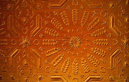 Puerta oriental ornamentada en Marrakech