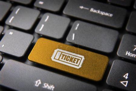 Photo pour Acheter clé d'entrée en ligne avec icône de billet sur le clavier de l'ordinateur portable. Inclus chemin de coupe, de sorte que vous pouvez facilement le modifier . - image libre de droit