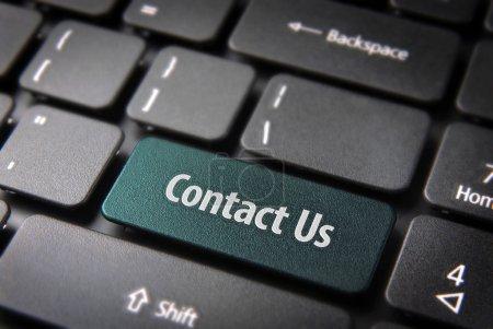 Photo pour Site Web modèle section clé avec Contactez-nous texte sur clavier d'ordinateur portable. tracé de détourage inclus, donc vous pouvez facilement le modifier. - image libre de droit