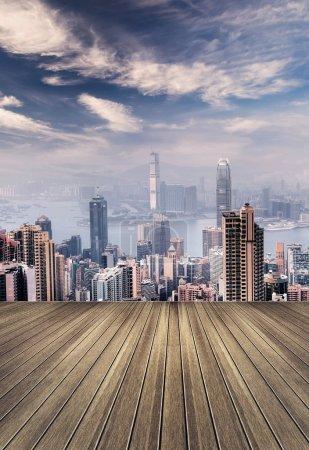 Photo pour Paysage urbain de gratte-ciels de hong kong et l'horizon avec sol en bois. - image libre de droit