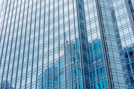 Photo pour Moderne gratte-ciel extérieur avec verre et réflexion en journée . - image libre de droit