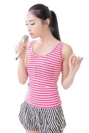 Photo pour Asiatique fille prendre un microphone chanter ou parler, gros plan portrait . - image libre de droit