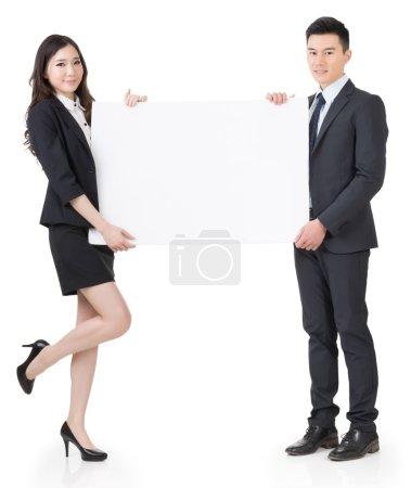 Photo pour Hombre de negocios y mujer sosteniendo la pizarra en blanco, retrato de cuerpo entero aislado sobre fondo blanco. - image libre de droit