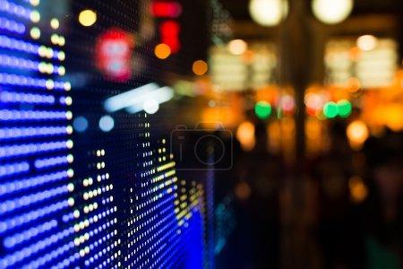 Photo pour Hong kong affichage des prix de marché boursier à la rue dans la nuit. - image libre de droit