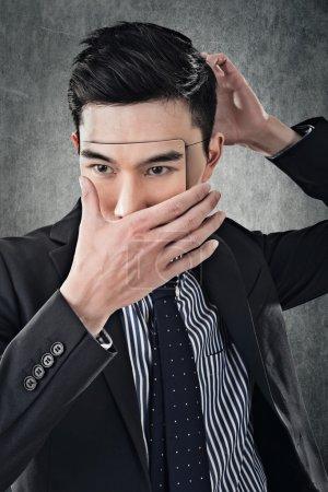 Photo pour Asiatique homme d'affaires en masque, concept de cacher, tricher, mentir, etc . - image libre de droit