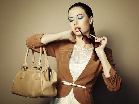 Photo pour Portrait de belle jeune femme avec un sac en cuir. Photo de mode - image libre de droit