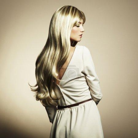 Photo pour Photo de belle femme aux cheveux magnifiques. Photo de mode - image libre de droit