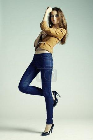 Photo pour Photo de mode de jeune femme sensuelle en jeans. Studio photo - image libre de droit
