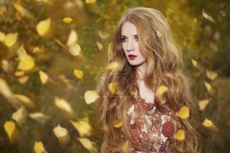Photo pour Portrait de mode d'une belle jeune femme dans la forêt d'automne. Beauté automne - image libre de droit