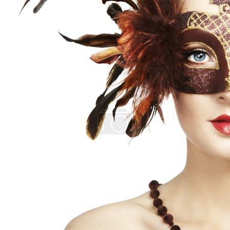 Photo pour Belle jeune femme en brun mystérieux masque vénitien. Photo de mode - image libre de droit