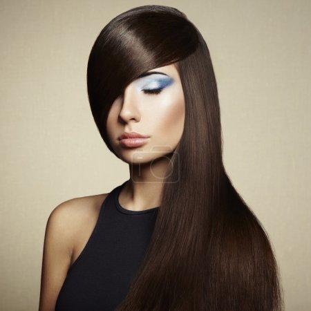 Photo pour Photo de belle femme avec des cheveux magnifique. photo de mode. style fille - image libre de droit