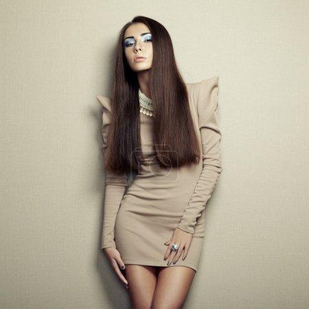 Photo pour Photo de mode de jeune femme sensuelle en robe beige. Photo de mode - image libre de droit