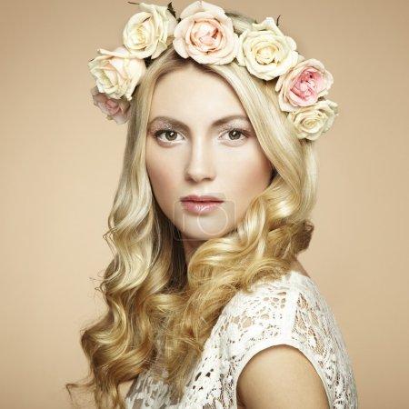 Photo pour Portrait d'une belle femme blonde avec des fleurs dans les cheveux. Photo de mode - image libre de droit
