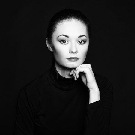 Photo pour Mystérieux portrait d'une belle jeune femme. Photo noir et blanc - image libre de droit