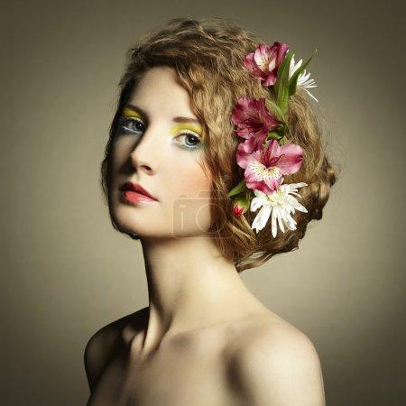 Photo pour Belle jeune femme avec des fleurs délicates dans les cheveux. Photos de printemps - image libre de droit