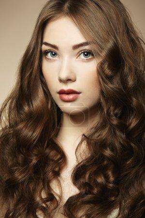 Photo pour Portrait jeune belle femme aux cheveux bouclés. Photo de mode - image libre de droit