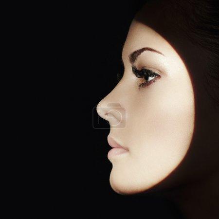 Photo pour Belle visage de femme. Maquillage parfait. Mode beauté - image libre de droit