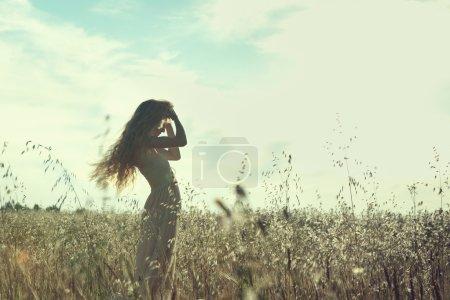 Photo pour Jeune belle fille sur un champ d'été. Beauté été - image libre de droit