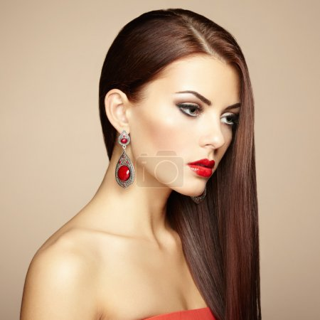 Photo pour Portrait de belle femme brune avec boucle d'oreille. Maquillage parfait. Photo de mode - image libre de droit