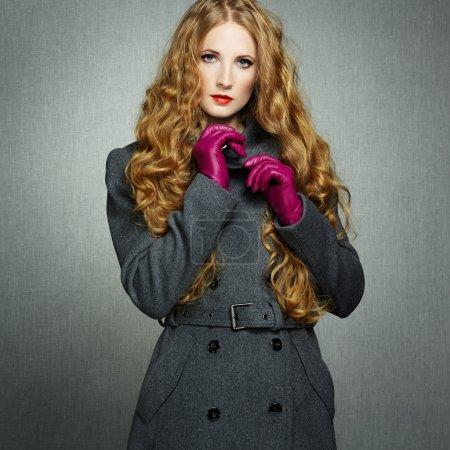 Photo pour Portrait de jeune femme en manteau de l'automne. photo de mode - image libre de droit
