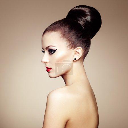 Foto de Retrato de mujer hermosa sensual con peinado elegante. maquillaje perfecto. Foto de moda - Imagen libre de derechos