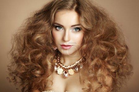 Photo pour Portrait de jeune belle femme avec des bijoux. Photo de beauté - image libre de droit