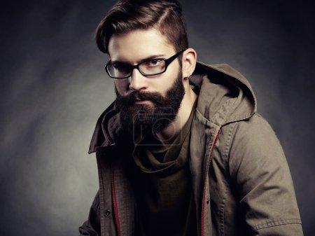 Photo pour Portrait d'homme avec lunettes et barbe. Gros plan - image libre de droit