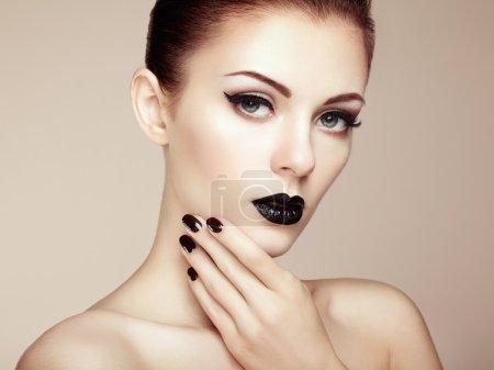 Photo pour Belle femme avec le maquillage parfait. portrait de la beauté. photo de mode - image libre de droit