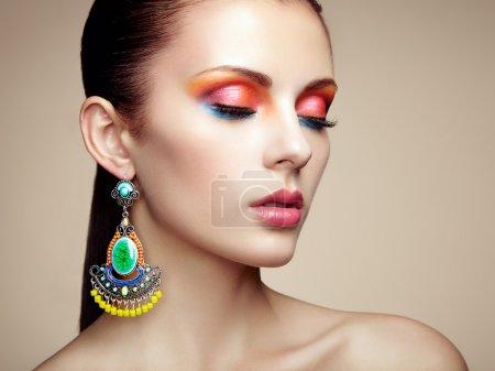 Porträt einer schönen jungen Frau mit Ohrring. Schmuck und Zubehör