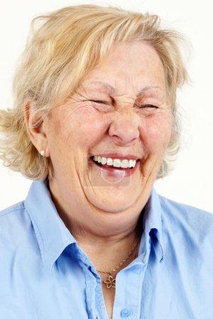 Photo pour Portrait d'une femme senior blonde rire hystérique ou rire. - image libre de droit