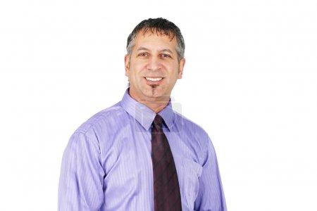 Photo pour Portrait d'un homme d'âge moyen amical, peut être homme d'affaires, directeur, vendeur ou professionnel, souriant . - image libre de droit