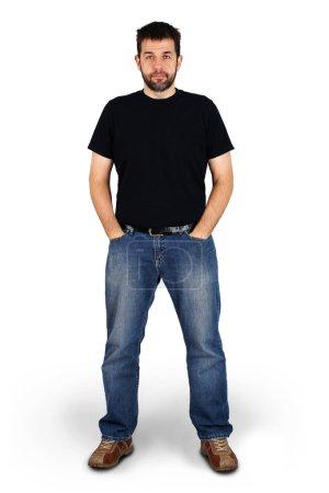 Photo pour Plan corporel complet d'un grand gars regardant la caméra, véritable homme blanc barbu d'âge moyen ordinaire, peut être acteur ou joe régulier . - image libre de droit