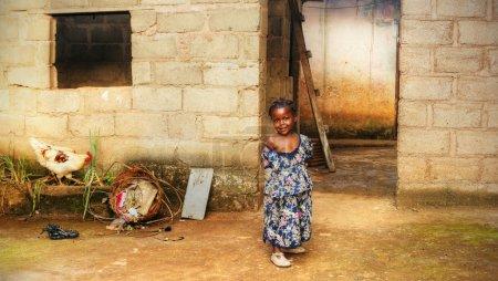 Photo pour Africaine noire fille à la maison - image libre de droit
