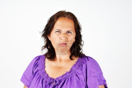 Photo pour Grognon, irrité et contrarié femme d'âge moyen - image libre de droit