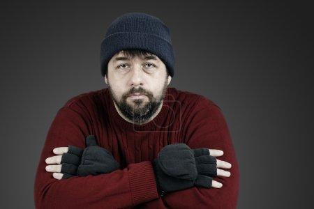 Foto de Hombre de mediana edad con barba con expresión neutra o triste en su cara, vagabundos u otro, desaturados retrato - Imagen libre de derechos