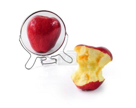 Photo pour Graisse et pomme mince dans le miroir - métaphore du trouble alimentaire - image libre de droit