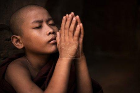 Photo pour Jeune moine de novice peu prier - image libre de droit