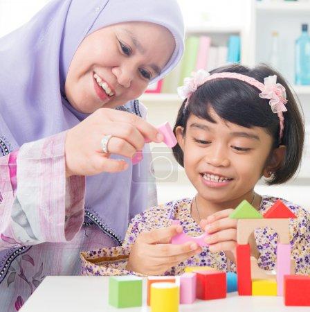 Photo pour Bâtiment familial musulman jouet maison en bois. Famille d'Asie du Sud-Est mode de vie . - image libre de droit