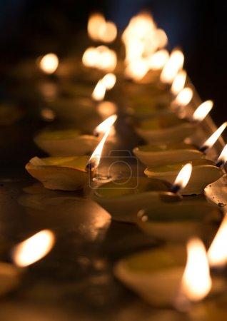 Photo pour Lampe à huile Diwali dans le temple indien - image libre de droit