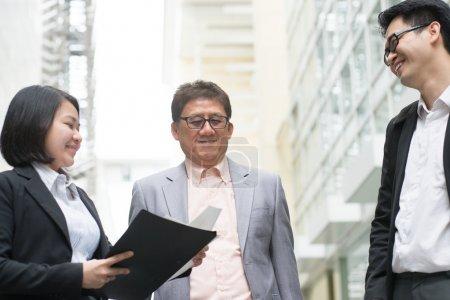Photo pour Réunion de l'équipe d'affaires asiatiques. Lifschitz présentant des graphiques à PDG patron au bureau. - image libre de droit