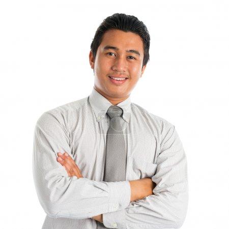 Photo pour Portrait de beau jeune homme asiatique en tenue de travail décontractée, souriant avec confiance avec les bras croisés, debout isolé sur fond blanc . - image libre de droit