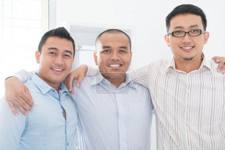 Photo pour L'équipe d'affaires de l'Asie du Sud-Est au bureau . - image libre de droit