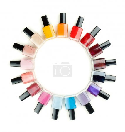 Photo pour Vernis à ongles disposées en cercle sur un fond blanc - image libre de droit