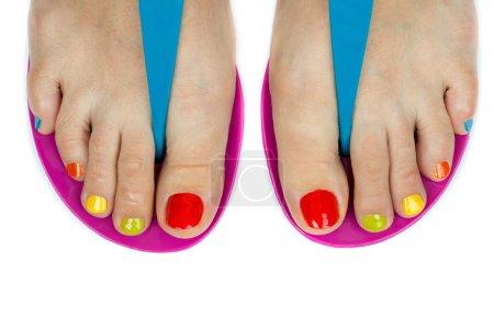 Photo pour Beaux pieds de femmes avec une couleur de pédicure. isolé sur fond blanc - image libre de droit