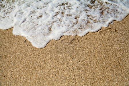 Photo pour Empreinte sur sable avec mousse - image libre de droit