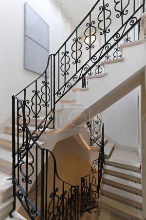 Photo pour Escalier avec rampe en fer dans vieille maison - image libre de droit