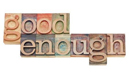 Photo pour Bon assez - principe de conception logiciel ou attitude - isolé mots dans type de typographie vintage bois teinté par les encres de couleur - image libre de droit