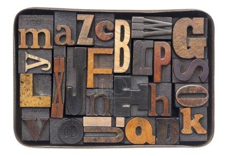Photo pour Blocs de typographie Vintage type bois patiné encre - tous les 26 lettres de l'alphabet dans une vieille boîte métallique - image libre de droit